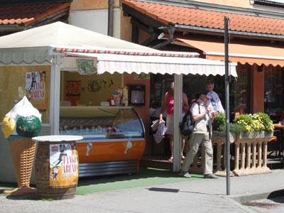 """Eisdiele TopolinoClub  Der Topolino, das ist der alte kleine Fiat, """"das Mäuschen"""" und unsere Eisdiele ist die kleine Eisbar gleich neben dem Ristorante."""